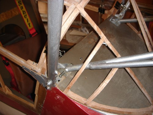 Here you see (in a later phase) why those lines are needed. Onto those lines I will glue a part that will wrap around the engine-mount tubes. But ... I did forget a third line! One was still needed just above the tube of the strut that holds the front wing. Ah, I will place that one later.