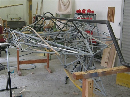 The mid section is hanging in a jig. You can see how the tubular spar bend under the pilot. The spar has a V-shaped reinforcement towards the rear to prevent the spar from getting torsion and to prevent the wing sections from being pushed backwards. Copyright Holzleicht-& Flugzeugbau Sascha Heuser.